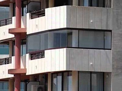 se observa con mucha frecuencia que el cierre de terrazas por parte de los de los pisos es habitual en las ciudades