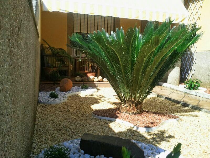 Precioso jardincillo a dos planos a base de piedra de - Jardines con poco mantenimiento ...