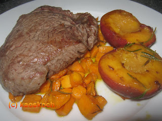 Huftsteaks mit Süßkartoffeln und Pfirsichen
