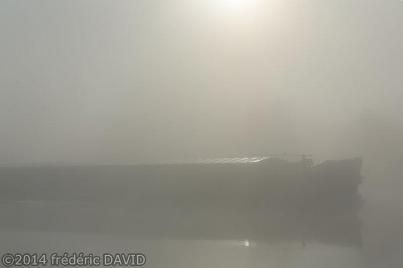 brume matin péniche maritime rivière Seine Samois-sur-Seine Seine-et-Marne