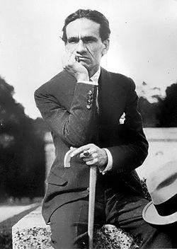 César Vallejo en el Parque de Versalles, verano de 1929.