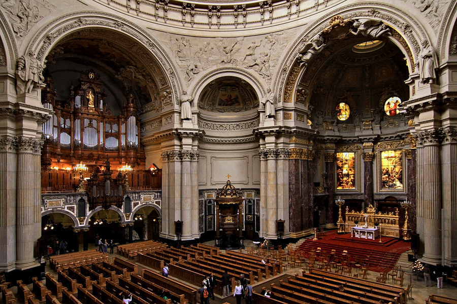Vista de cima no interior da catedral, mostrando os altares e as cadeiras da assistência