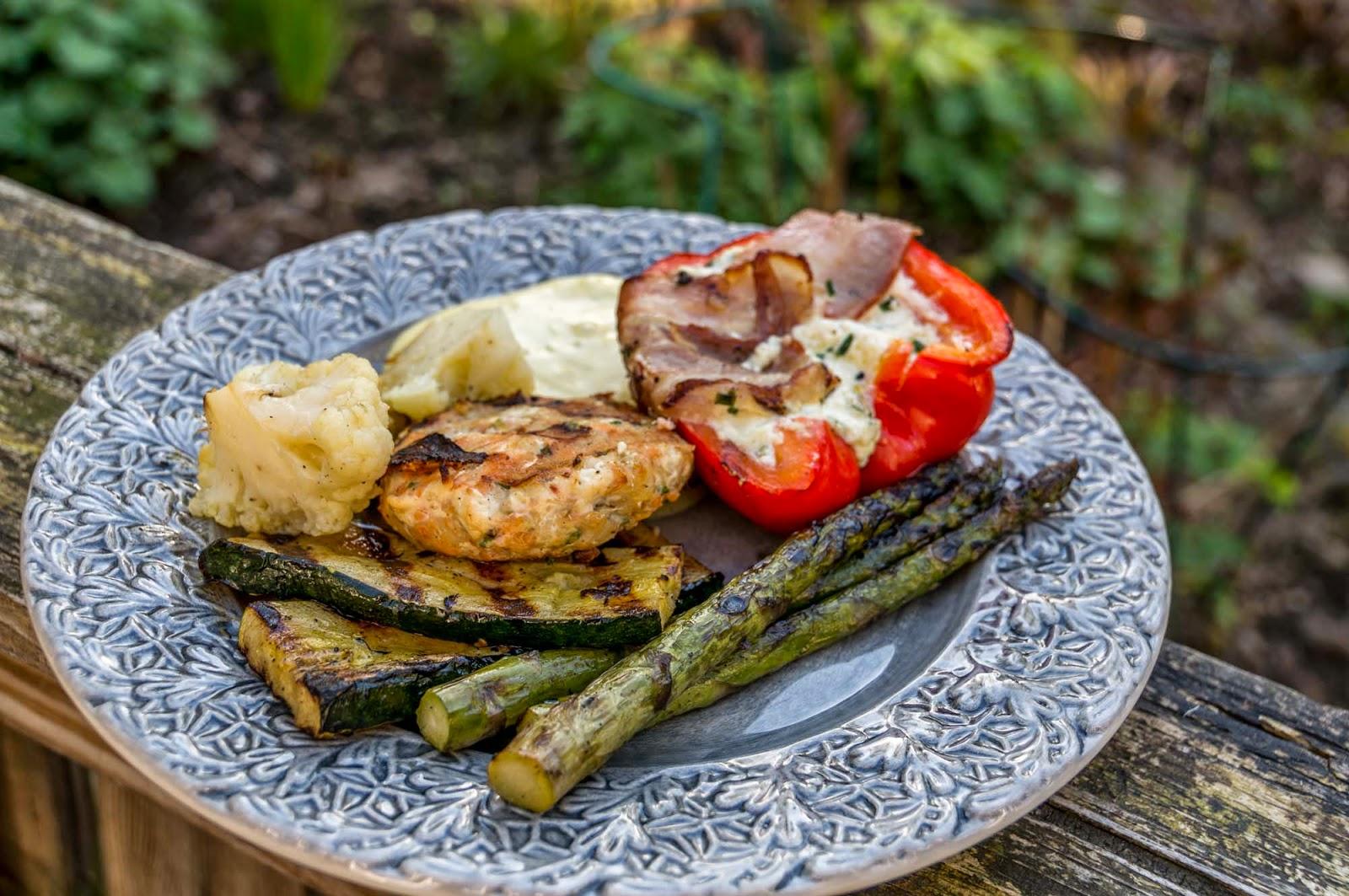 fiskfärsbiffar med grillade grönsaker