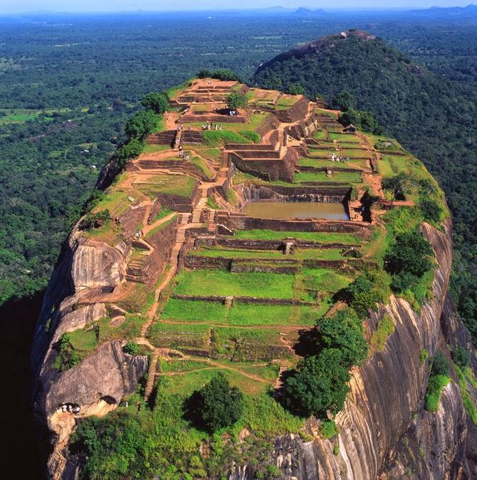 Вид сверху на плато Сигирия Львиная Скала, Шри-Ланка, древняя крепость, развалины замка