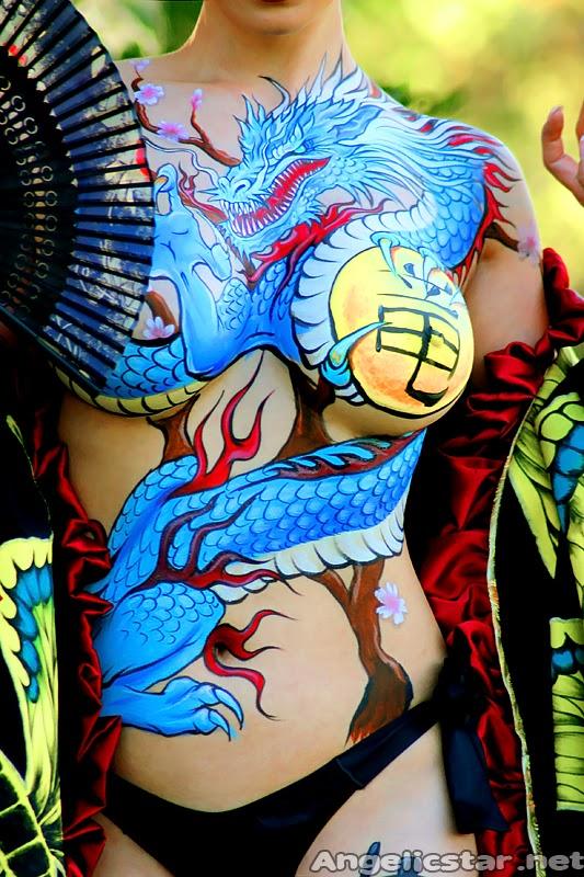 Détail sur la poitrine du Body paint de dragon yakusa sur cosplayeuse Yaya han