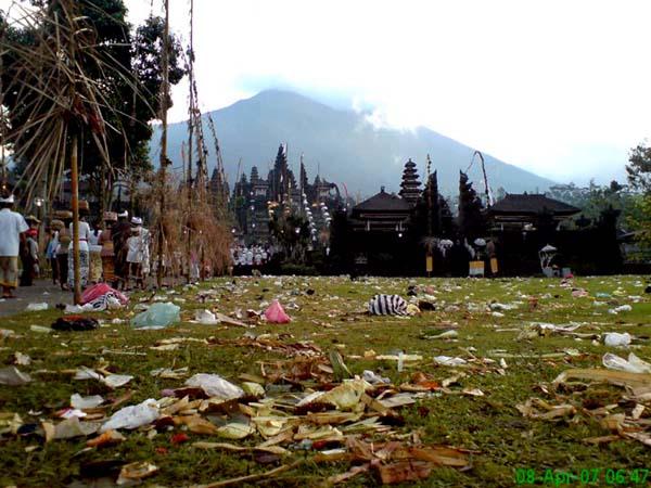 Sampah berserakan di Pura Besakih