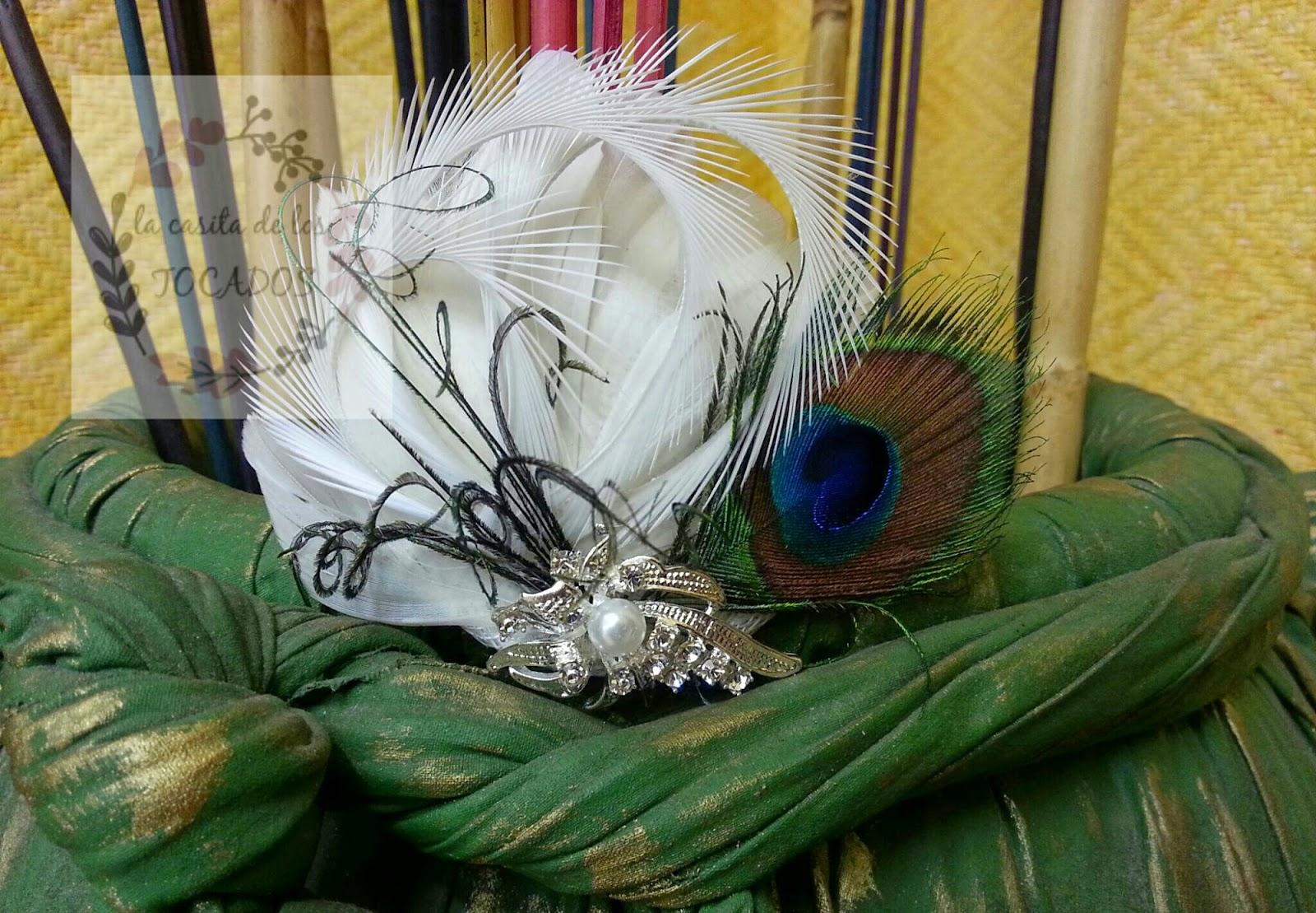tocado discreto para novia con pluma de pavo real