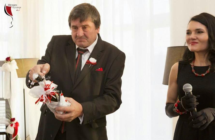 бащата на младоженеца гръмва сватбеното шампанско