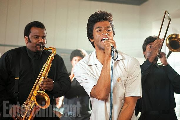 Chadwick Boseman caracterizado como James Brown.
