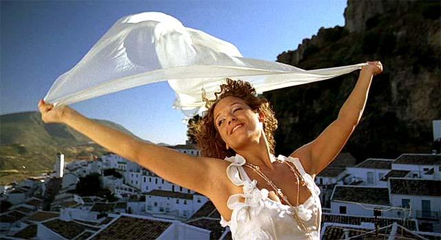 Chica con pañuelo al aire