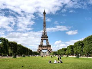 De Eiffeltoren in liefdesstad Parijs