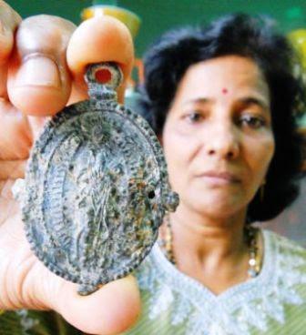 Malasia: mujer encuentra un medallón del siglo XIII cocinando un tiburón.