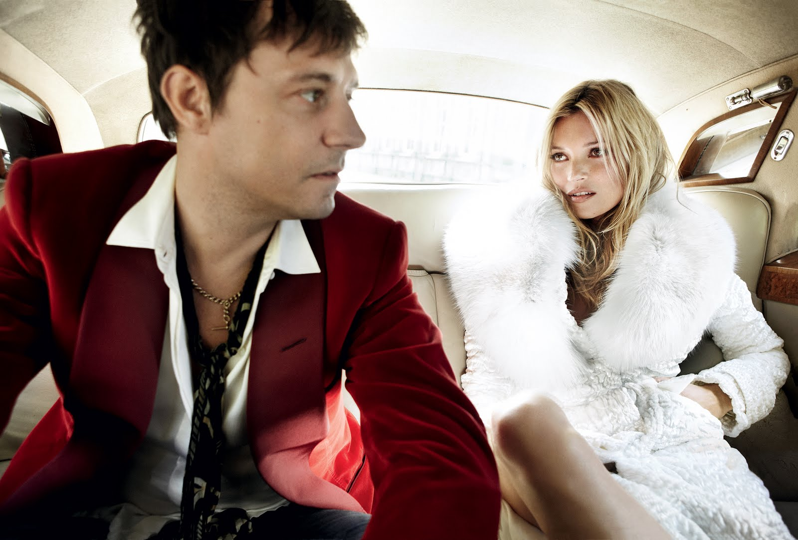 http://2.bp.blogspot.com/-dSwTNh1eKMQ/TlZWGtk7xjI/AAAAAAAABik/anhEaq6R_uY/s1600/la.chica.del.solitario.blog.moda.kate.moss.wedding.jamie.hince.backseat.car.mario.testino.vogue.jpg