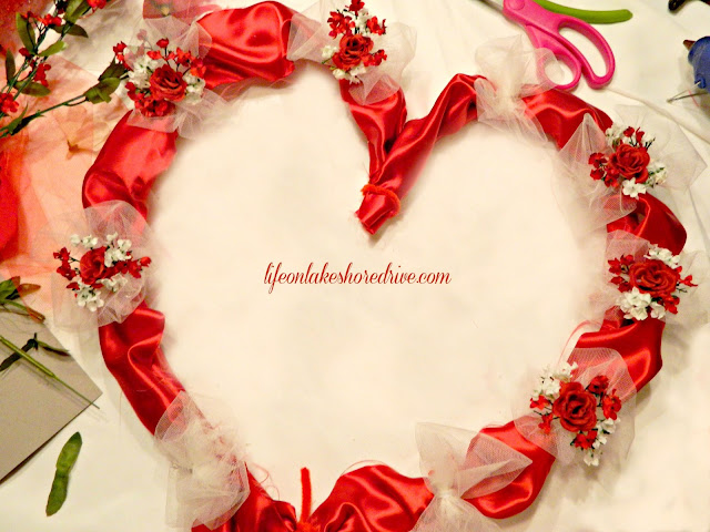 "alt=""Valentine's Day heart wreath tutorial"""