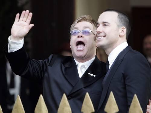 O cantor britânico Elton John (à esquerda) na cerimônia civil em que casou com David Furnish em Windsor, na Inglaterra, em 2005 (Foto: Kieran Doherty / REUTERS)