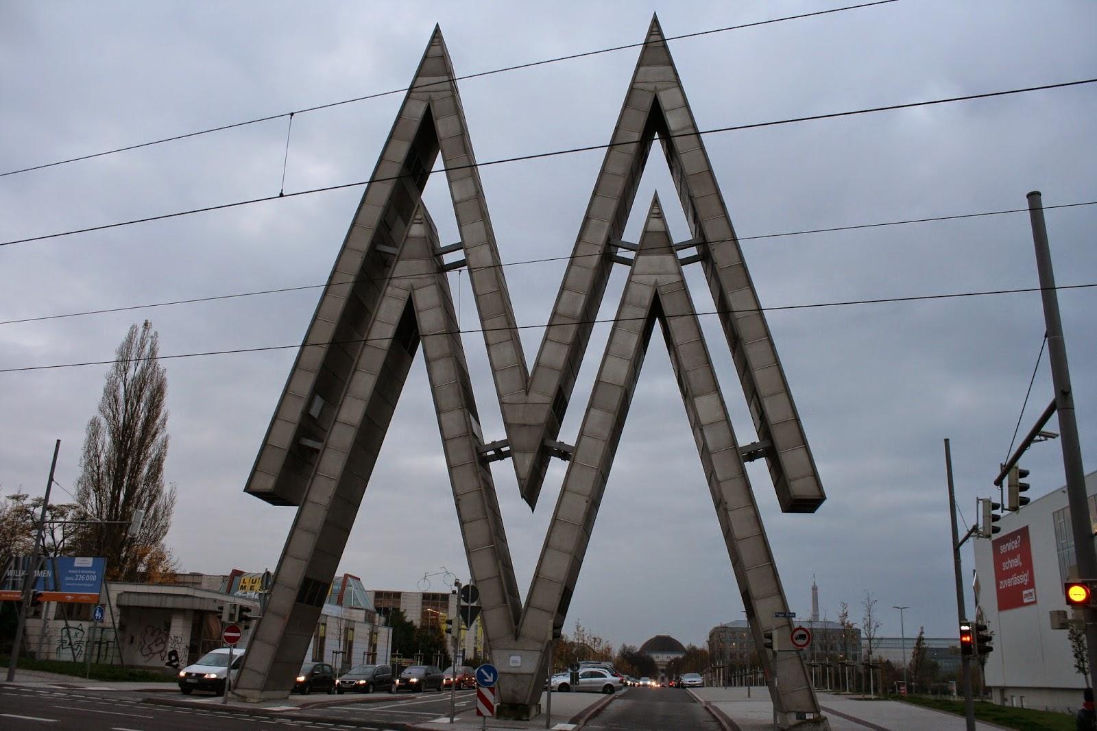 """Das Doppel-M steht für """"Mustermesse"""" - hier das letzte Logo von einst von 4 Stück"""