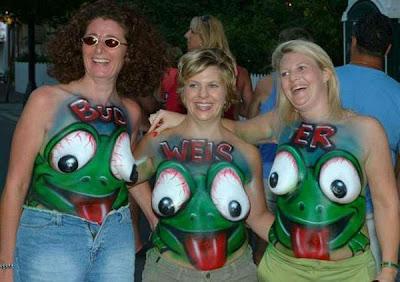 Mulheres bêbadas com seios pintados.