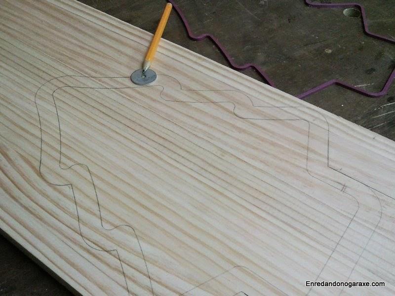 Dibujar la forma del árbol de navidad en la tabla de madera. Enredandonogaraxe.com