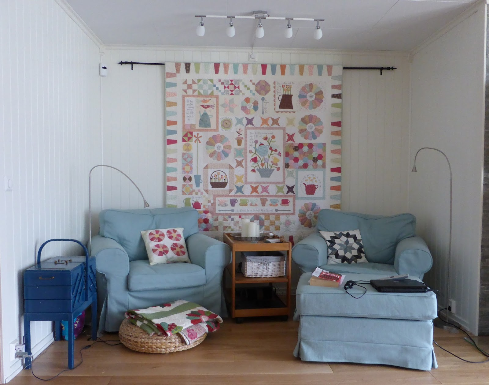 Hanne 39 s quilt corner decorating with quilts for Living room quilt