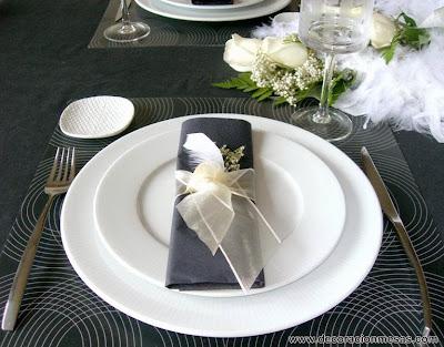 decoracion mesa con plumas blancas y negro servilleta