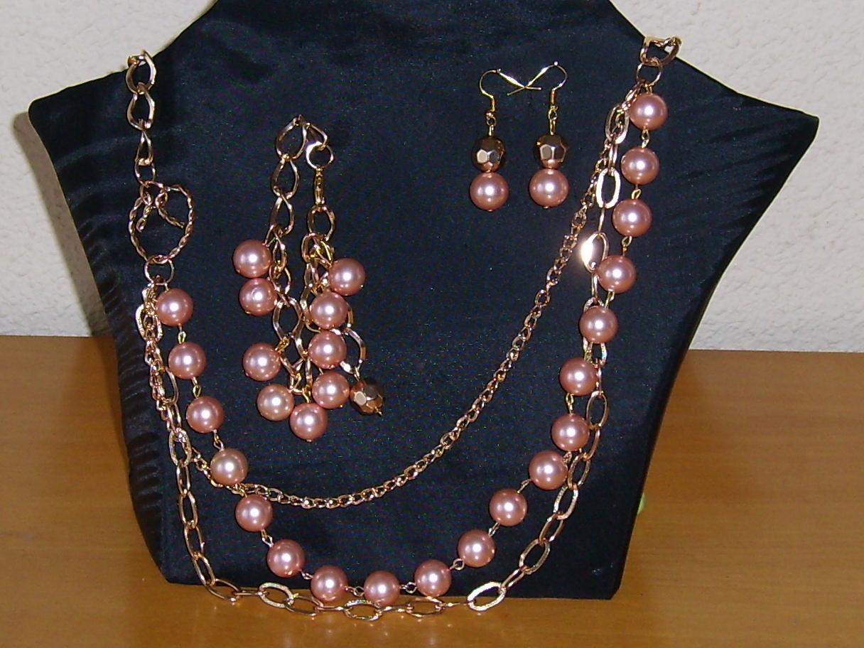 Collar corto en dos tonos de perla, blanca y negra, con serpiente de strass que termina en una perla grande.