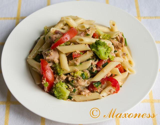 Ригатони с тунцом, помидорами и брокколи. Итальянская кухня.