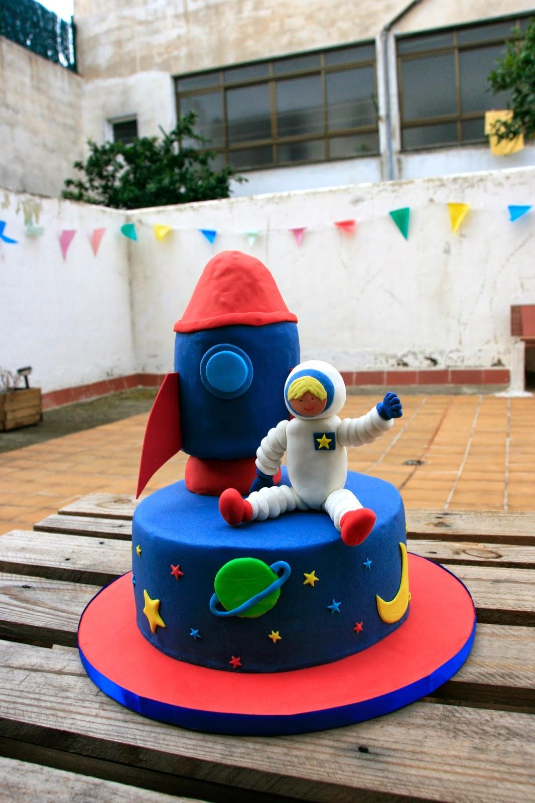 Tarta decorada amb cohet i astronauta