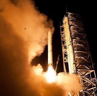 rana salta mientras despega cohete fotobomba