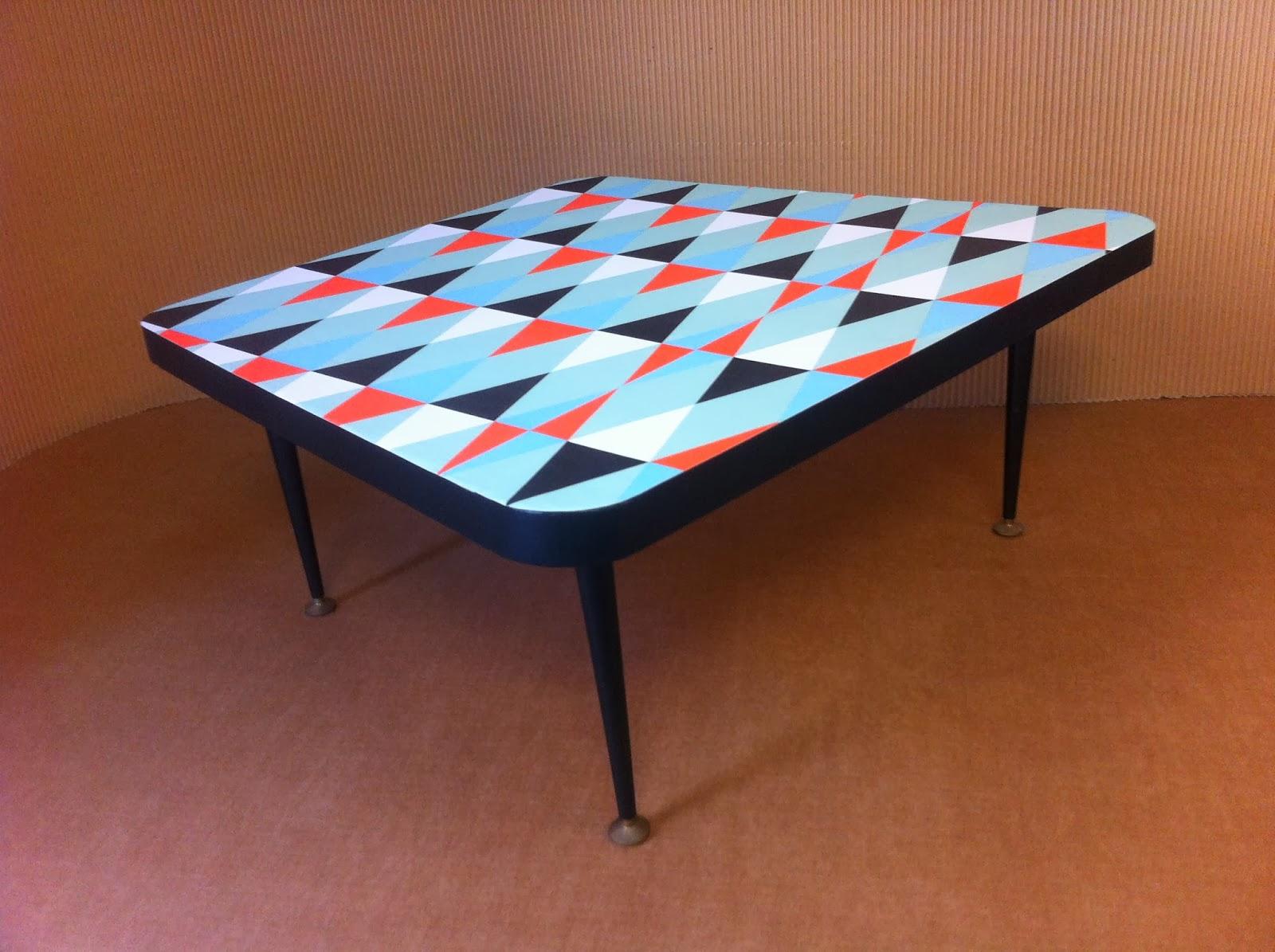 table basse en carton. motif géométrique. pieds en métal. fabriquée à marseille par juliadesign