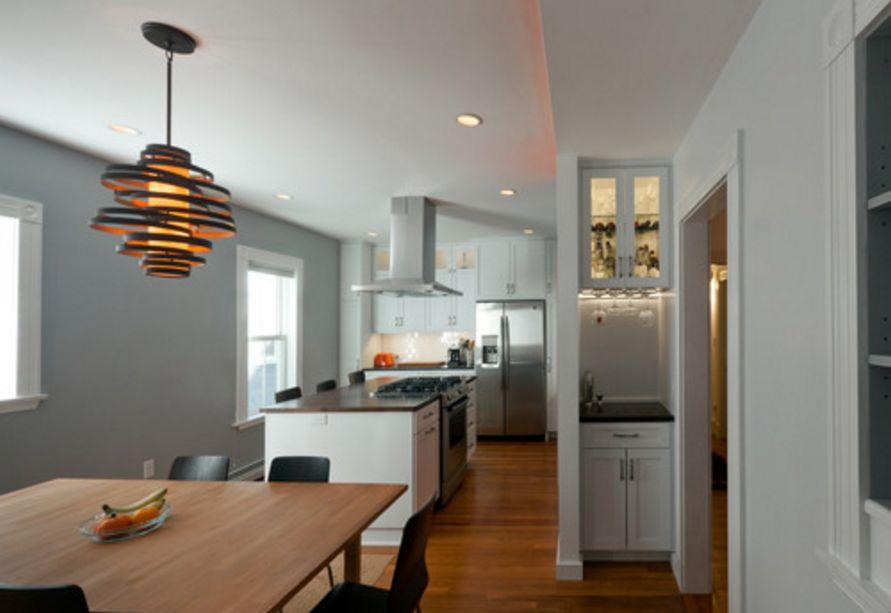 menata interior untuk dapur dengan rak minuman yang cantik