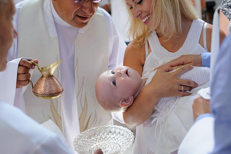 Klebonas dek. mons. Kęstutis Kazlauskas krikštija