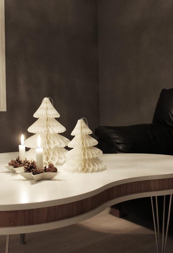 grå vägg, pashmina lunar grey, vardagsrum i grått, granar av papper, dekoration jul 2013, julpynt 2013, advent, grått vardagsrum, stjärnor ljusstake, vit stjärna ljusstake, kottar som dekoration i ljusstaken