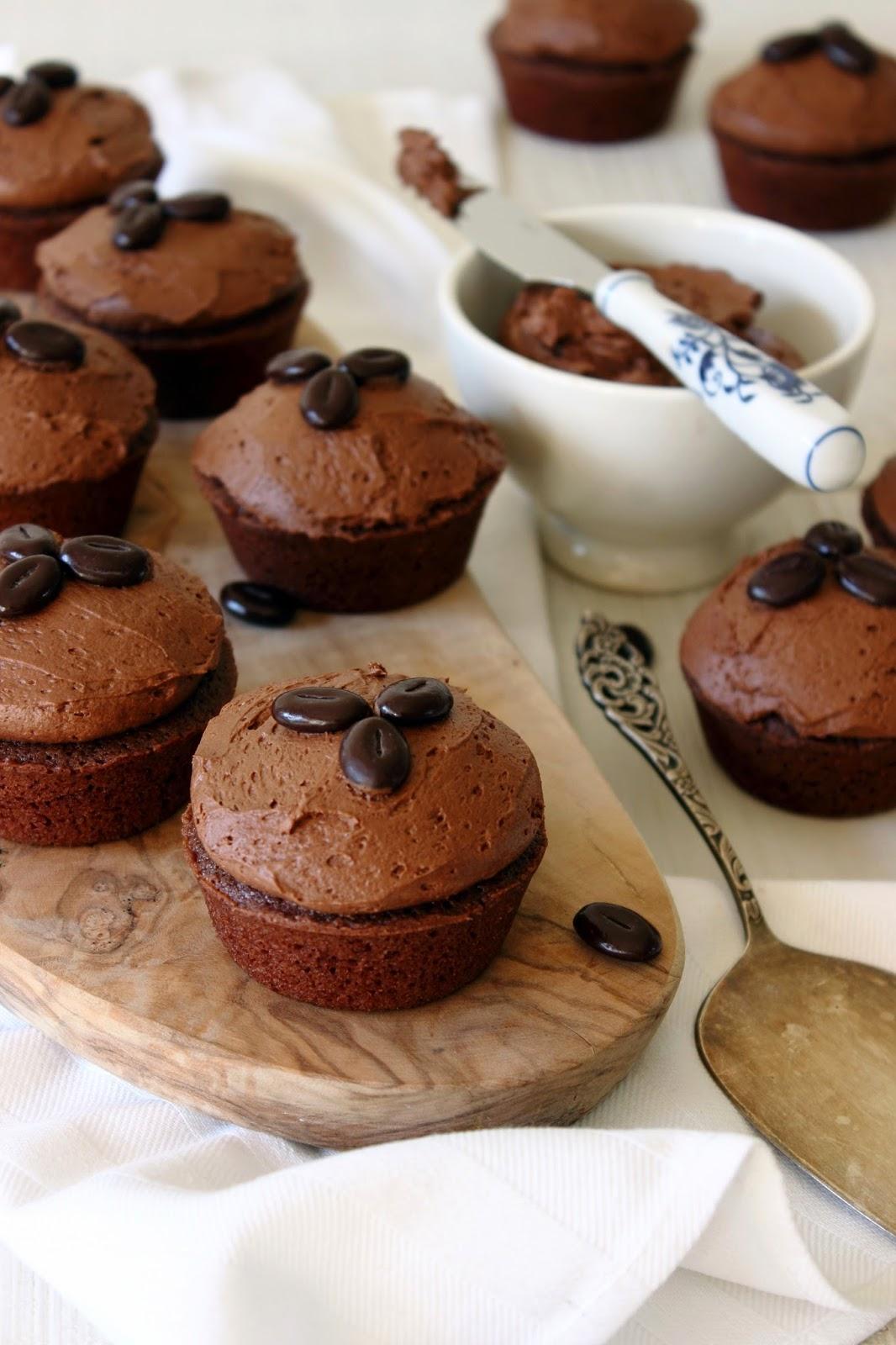 Chocolade cakejes met mokka-chocoladeglazuur
