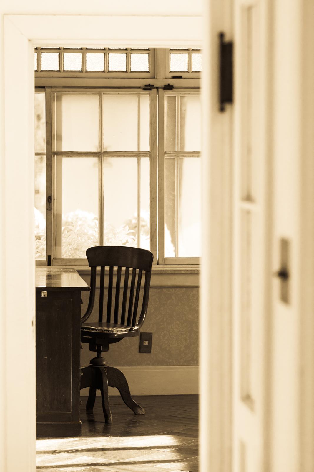 光が綺麗な窓辺と机の写真