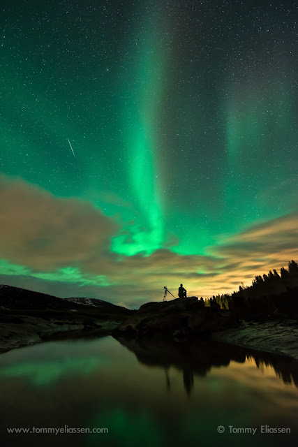 Tác giả chụp bức hình nầy vào ngày 3/1/2014 vừa qua. Xuất hiện đồng thời trên bầu trời cùng với cực quang phương bắc là một vệt sao băng Quadrantids. Tác giả : Tommy Eliassen.