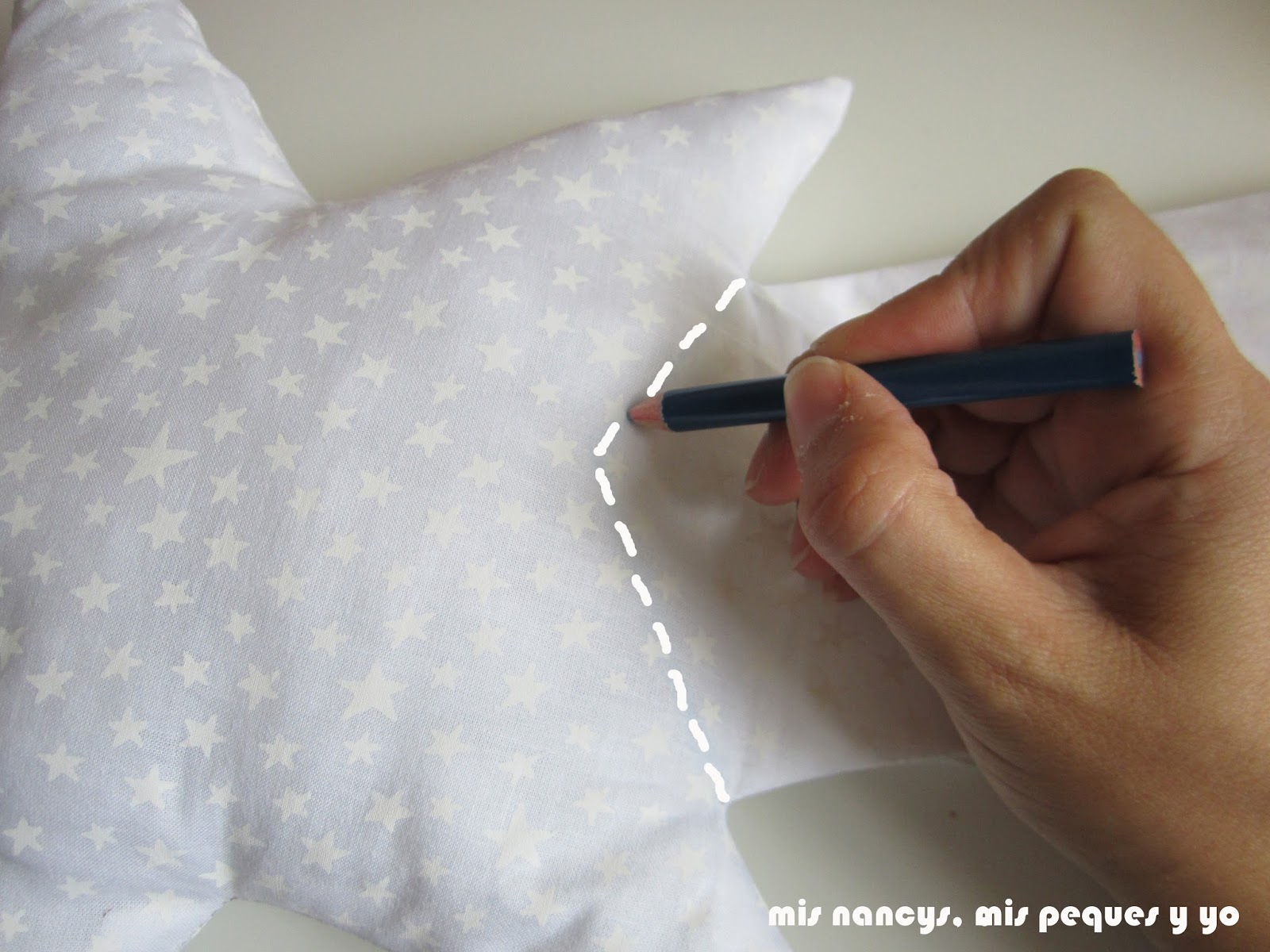 mis nancys, mis peques y yo, tutorial DIY cojín con forma de estrella de Navidad, dibujar linea que falta