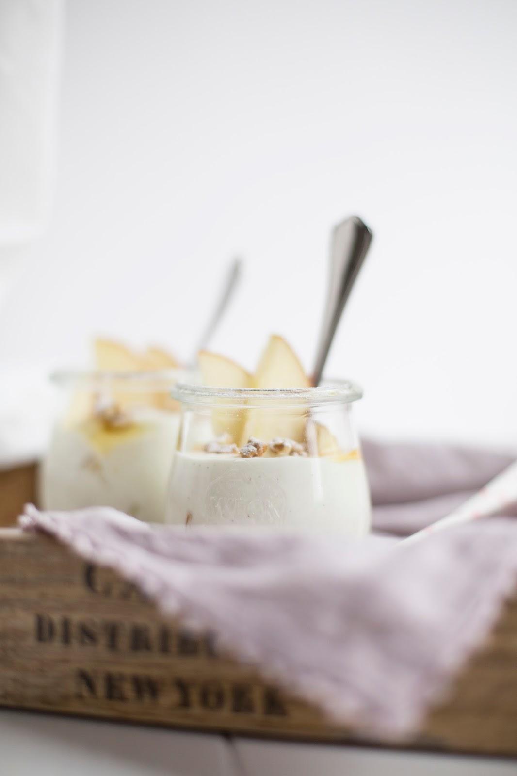Frühstück ans Bett Joghurt mit Äpfel und Nüsse