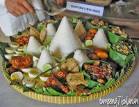 Nasi uduk, urap dengan tujuh macam sayuran, gulai kambing, kacang-kacangan dan ikan asin.