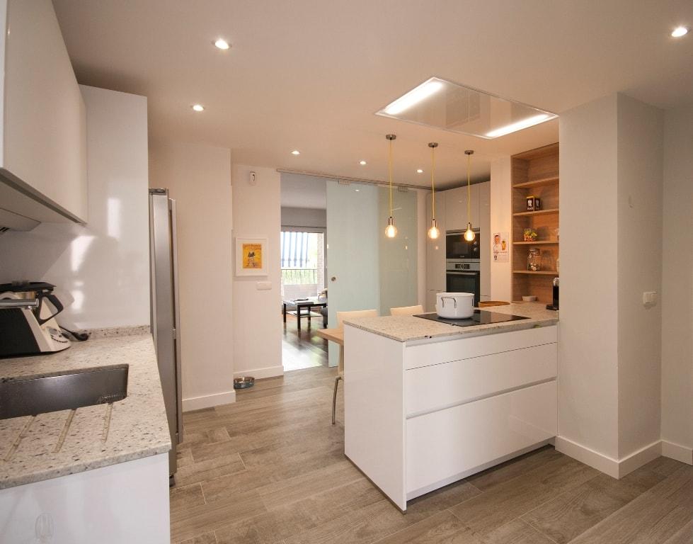 Mesas de madera un complemento ideal para las cocinas for Cocinas blancas con granito