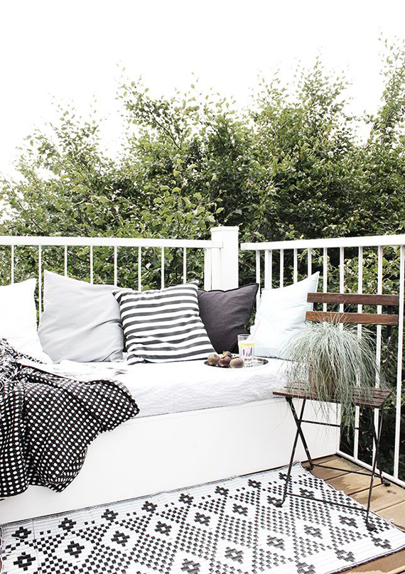 5 simple tips to cozy up your outdoors for fall | Image via Oh what a room.