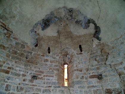Restes de pintures sobre el guix del parament interior de l'absis de Sant Genís Sadevesa