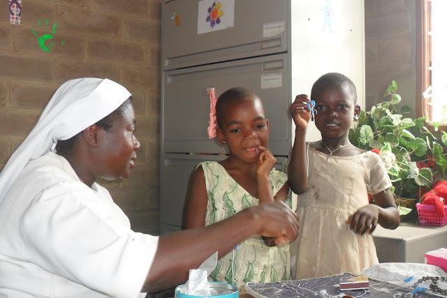Nella Missione in Africa si confezionano i rosari per un battesimo