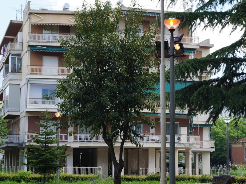 αναμμένες λάμπες στην πλατεία Ηρώων Έδεσσας