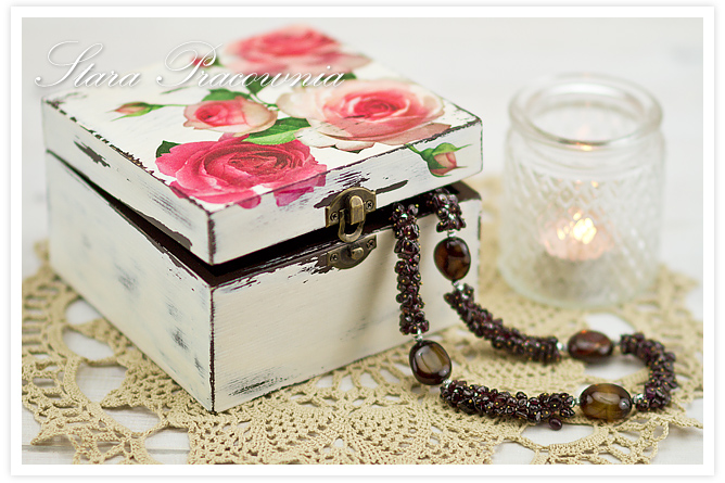 Pudełko decoupage, decoupage, technika decoupage, zdobienie decoupage, przecierki, zdobienie przedmiotów, pudełko z różami, motyw różany, postarzanie przedmiotów, różane pudełko