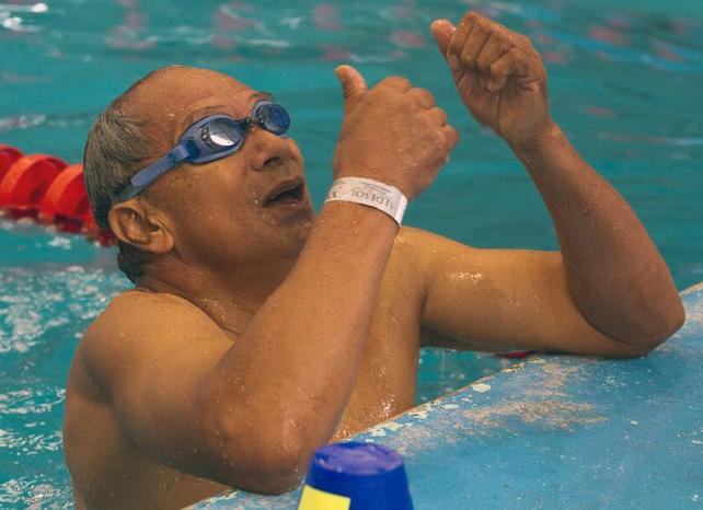 Adulto mayor practicando natación.
