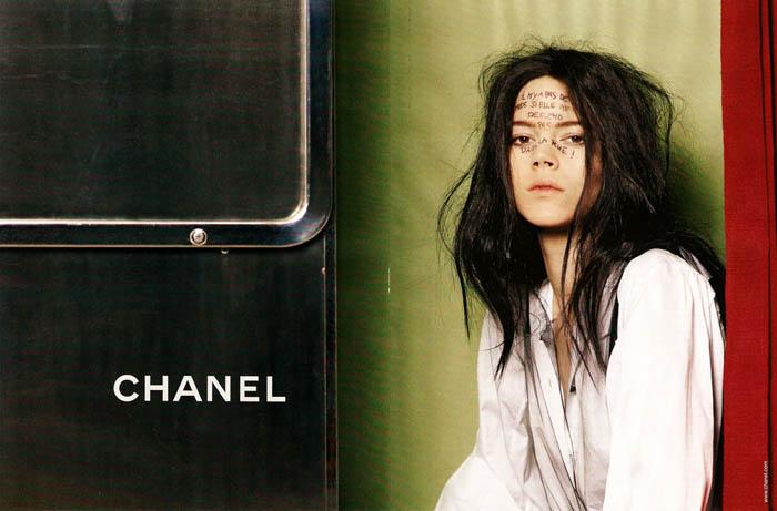http://2.bp.blogspot.com/-dZpWhiFaKno/Tic8zHIlNgI/AAAAAAAAAaY/86vOj-K1ZTQ/s1600/chanel_fall_ad_Campaign_advertising_2011_2012_02.jpg