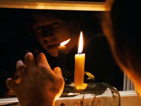 Jack (Mark Wahlberg) observa el reflejo de la vela en The Lovely Bones - Cine de Escritor