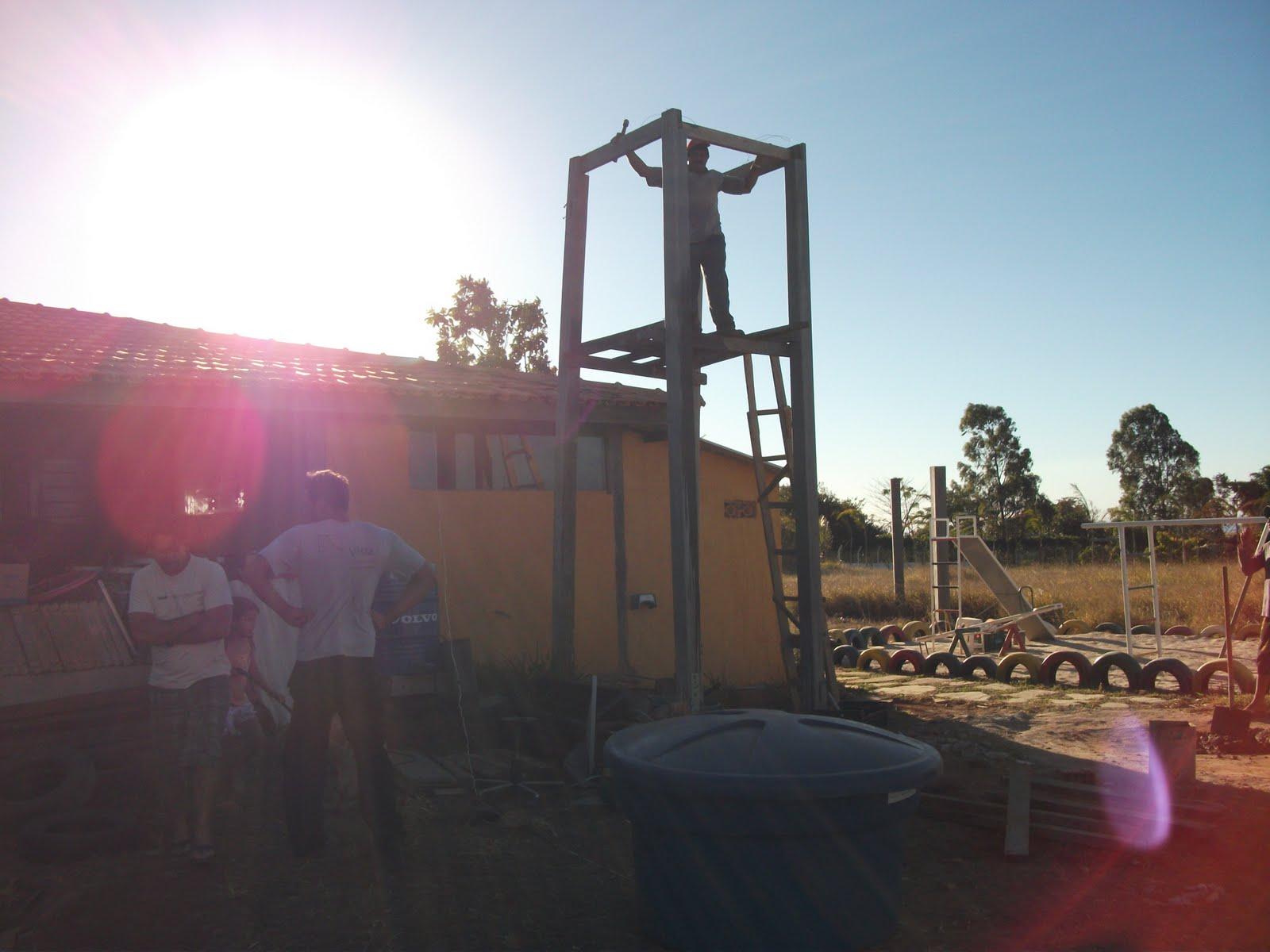torre HORROROSA de madeira onde ficava a caixa antiga FESTA #426E89 1600x1200