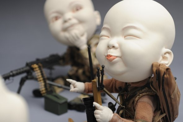 Johnson Tsang escultura cerâmica surreal bizarra bebês cabeçudos