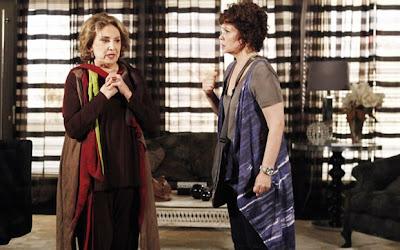 Eva Wilma e Thais de Campos como Tia Íris e Alice: casal assume o romance (Foto: Divulgação/TV Globo)